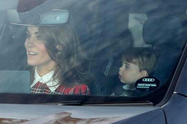 Herzogin Catherine steuert das Auto mit ihren beiden jüngsten Kindern und einem Sicherheitsbeamten durch London.