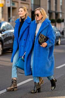 Mandy Bork und Sonia Lyson greifendiesen Winter ebenfalls zum schönen Max MaraTeddy in Lichtblau - It-Pieces sind schließlich das Tagesgeschäftvon Fashion-Bloggern. Den Mantel gibt es in kurzer Variante für ca. 1.340 Euro undin seiner ikonischen Länge für ca. 1.865 Euro.