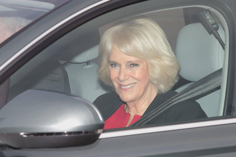 Camilla lächelt fröhlich aus dem Fenster. Ob das schon die Vorfreude auf ihren Charles ist?