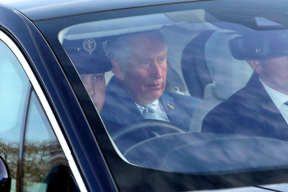 Prinz Charles als künftiger König wird sogar von zwei Sicherheitsbeamten durch London eskortiert.