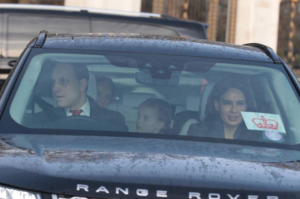 Lord Frederick Windsorund seine Frau Sophie Winkleman zeigen, in wessen Auftrag sie unterwegs sind: Auf der Windschutzscheibe klebt gut sichtbar eine orangefarbene Krone.