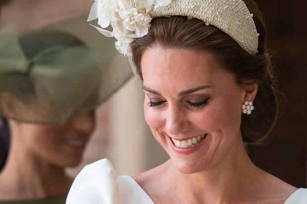 Herzogin Kate trägt bei der Taufe ihres jüngsten Sohns Prinz Louis die opulenten Perlenohrringe vonCassandra Goadzum XXL-Haarreifen.