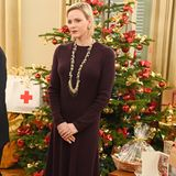 Passend zur weihnachtlichen Festtagsstimmung wählt Charlène ein pflaumenfarbiges Wollkleid, das sie zufarblich abgestimmten Boots kombiniert. Absolutes Highlight ist die XL-Statement-Kette die aus Perlen, runden Kettengliedern und Goldkettchen besteht.