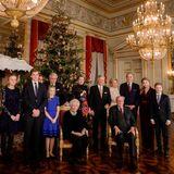 18. Dezember  Zum alljährlichen Weihnachtskonzert finden sich die belgischen Royals im Royal Palast in Brüssel ein. Für das offizielle Foto posierenPrinzessin Louise, Prinz Gabriel, Prinzessin Eleonore, Prinzessin Claire, Prinz Laurent, Königin Paola von Belgium, Königin Mathilde von Belgien, König Philippe, Prinzessin Astrid, König Albert, Prinz Lorenz, Kronprinzessin Elisabeth and Prinz Emmanuel gemeinsam im eleganten Zwirn.