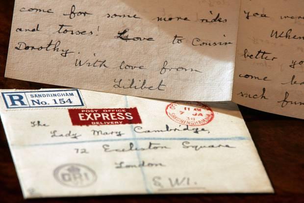 """Ein Brief von Queen Elizabeth, den sie als Zwölfjährige 1938 von Sandringham House nach London geschickt und an """"The Lady Mary Cambridge"""" adressiert hatte. Das Schriftstückwurde am 5. März 2007 in London im Auktionshaus """"Spinkand Son""""ausgestellt."""