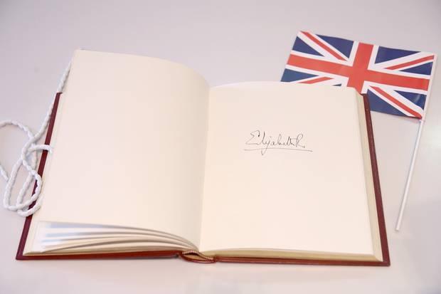 Nahaufnahme der Unterschrift von Queen Elizabeth im Gästebuch des Royal College of Physicians am 20. Februar 2018 in London.