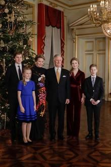 18. Dezember  Königin Mathilde mit ihrem Mann König Philippe und den vier gemeinsamen Kindern Prinzessin Elisabeth, Prinz Gabriel, Prinzessin Eléonore und PrinzEmmanuel.