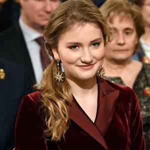 18. Dezember  Pure Eleganz verströmt die 18-jährige Prinzessin Elisabeth. Die hübsche Teenagerin bezaubert beim traditionellen Weihnachtskonzert der belgischen Royals in einem bordeauxfarbenen Samt-Jumpsuit, dazu trägt sie extravagante Ohrringe mit sternförmigen Anhängern.