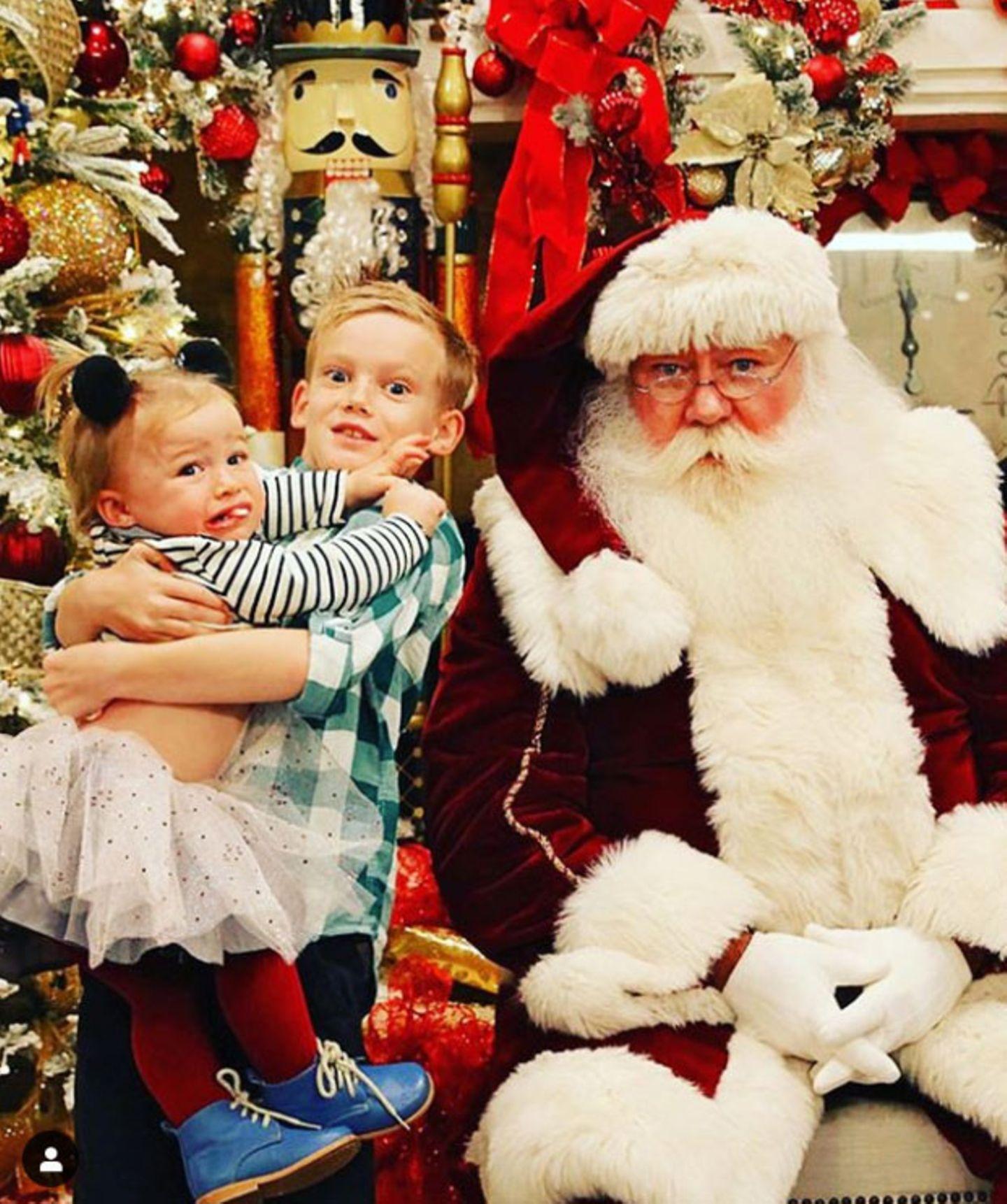 Ups, der Weihnachtsmann ist wohl doch nicht bei allen beliebt.Luca, der Sohn von Sängerin Hilary Duff, hat alle Hände voll zu tun, seine kleine Schwester bei Laune zu halten.