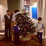 So idyllisch gestaltet sich die Vorweihnachtszeit, wenn Model Eva Herzigova gemeinsam mit ihrer Familie den Weihnachtsbaum schmückt.
