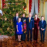 18. Dezember 2019  Dasjährliche Weihnachtskonzert im Königlichen Schloss in Brüssel bietet fürKönigin Mathilde undKönig Philippe eine schöne Gelegenheitfür ein gemeinsames Familienbild mit ihren vier Kindern vor dem royalen Weihnachtsbaum.