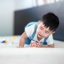 Ein kleiner Junge weinend beim Spielen (Symbolbild)