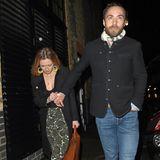 James Middleton kommt mit seiner VerlobtenAlizee Thevenet zu Beatrices Verlobungsparty. Er leger in Jeanshose, sie in weiter Hose mit Paisley-Muster sind ein schönes Beispiel für den ungezwungenen Date-Look mit Wohlfühlcharakter.