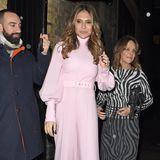 Pink-Lady Ayda Field setzt auf einen hochgeschlossenen Jumpsuit von Emilia Wickstead mit eleganten Ballonärmeln. Mit XL-Plateau-Pumps zaubert sich dieschlanke Frau von Robbie Williams den ein oder anderen Zentimeter größer.