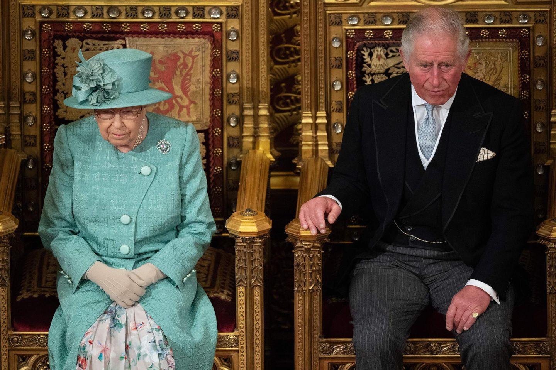 Queen Elizabeth bei der Parlamentseröffnung in London am 19. Dezember 2019. Begleitet wird sie von Prinz Charles.