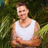 """Marco Cerullo, 31  Mit Unterhaltungsshows kennt sich Marco Cerullo, der unlängst bei """"Bachelor In Paradise"""" seine Traumfrau Christina fand, bestens aus. Von der """"Bachelorette"""" über """"Take Me Out"""" über""""Bachelor in Paradise"""" kämpfte er sich bis hierhin in den Dschungel. Seine neue Freundin wird ihn auch nach Australien begleiten und ihm im Hotel alle Daumen drücken. """"Es wird hart, so lange von Christina getrennt zu sein. Wir sind jetzt Tag und Nacht zusammen. Das ist sehr intensiv und ich habe mich auf jeden Fall in sie verliebt."""" Die Zuschauer müssen also mit der ein oder anderen Träne rechnen. Davon hatte er bereits in """"BIP"""" schon einige verdrückt. """"Ich finde das nicht schlimm. Ich schäme mich dafür nicht. Das ist eine Stärke, wenn man das zeigen kann."""" Schließlich habe er sich jahrelang hinter einer Maske versteckt und den harten Macho gegeben. """"Das bin ich eigentlich gar nicht. Ich bin ein sensibler Mensch."""" Dem Kampf um die Krone will er sich dennoch stellen.  Am Ende musste er dennoch als erster Kandidat das Camp verlassen."""