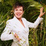 """Sonja Kirchberger, 55  Die bekannte Schauspielerin geht wohlmit gemischten Gefühlen ins Dschungelcamp. So sagt sie im Interview mit RTL ganz offen: """"Ich habe eine Vorfreude wie ein Teenager, weil ich aus meinen gewohnten Strukturen rauskomme. Ich freue mich auf den Dschungel."""" Andererseits gesteht sie: """"Jetzt, wo der Tag immer näher kommt, habe ich diese Nächte, wo ich schweißgebadet aufwache und mir sage, wie komme ich aus dieser Nummer doch noch raus?"""" Ihre Liste an Ängsten und Phobien ist lang. """"Meine Freunde haben mir einen Baby-Hamster geschenkt. Ich reagiere auf alles was sich schnell bewegt und Haare hat (...)Ich trainiere gerade dieses Tier anzufassen. Es ist nicht einfach …"""" Dennoch sieht sie die größte Herausforderung im Dschungelcamp im Leben mit elf Unbekannten. Ob sie es bis auf den Thron schafft, weiß sie nicht. """"Jeder, der ein Spiel eingeht, will gewinnen. Aber will ich 14 Tage im Dschungel sein? Das weiß ich noch nicht!Vielleicht ist man nach fünf Tagen so fertig, dass man einfach nur noch raus will."""""""