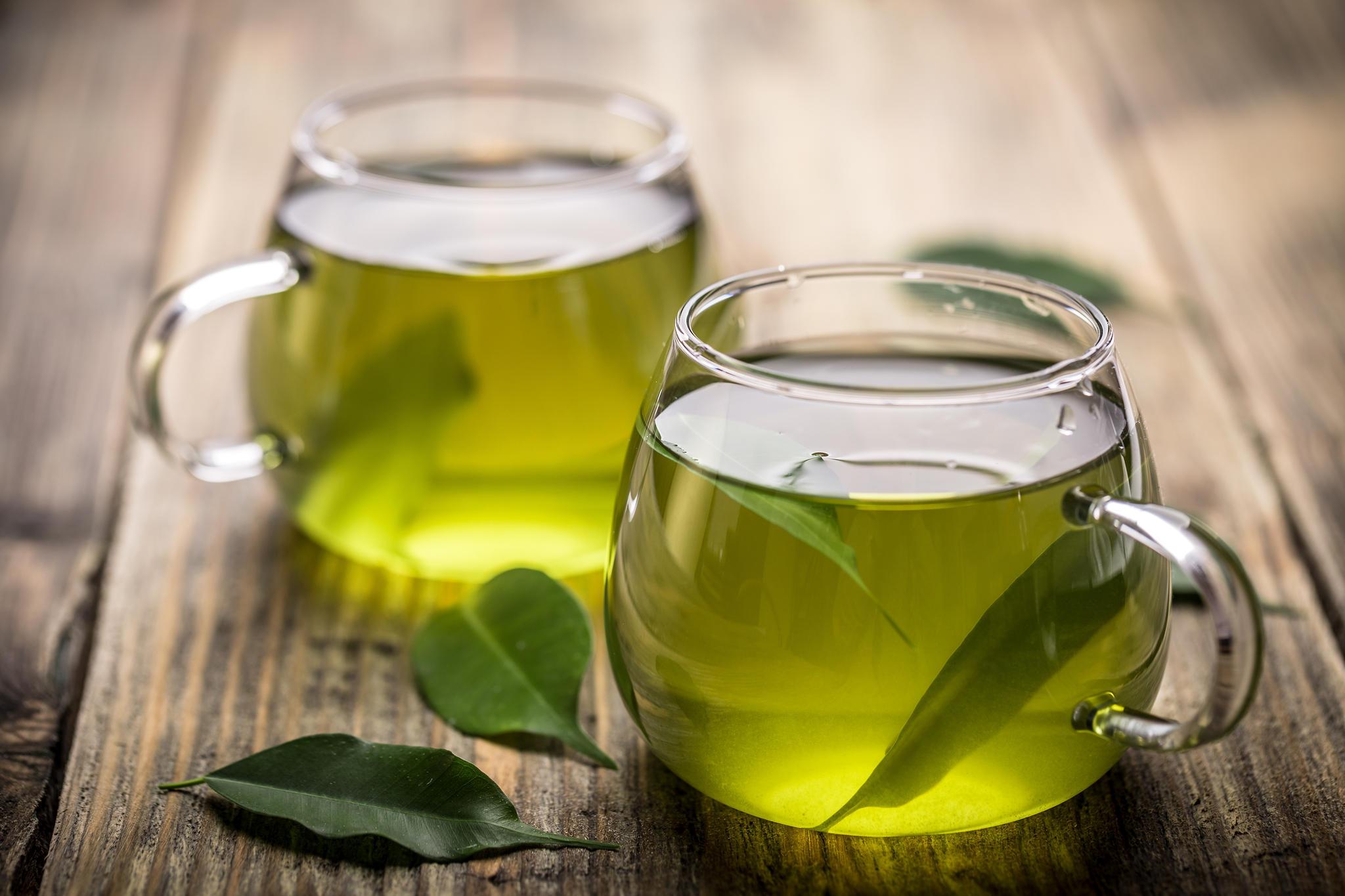 Ein bewährtes Hausmittel gegen Augenringe: grüner Tee