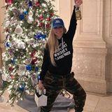 Rockin' Around the Christmas Tree... Rockgöre Avril Lavigne ist schon in weihnachtlicher Feierlaune. Na, dann Prost!