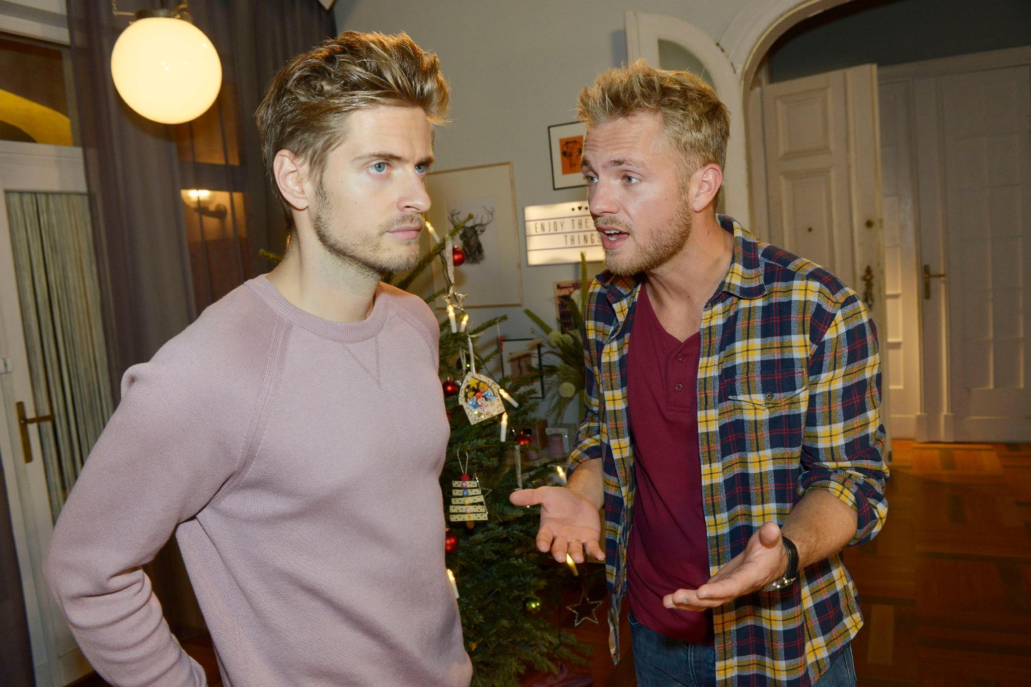 Philip (Jörn Schlönvoigt, l.) und Paul (Niklas Osterloh) diskutieren. Besinnliche Stimmung sieht anders aus.