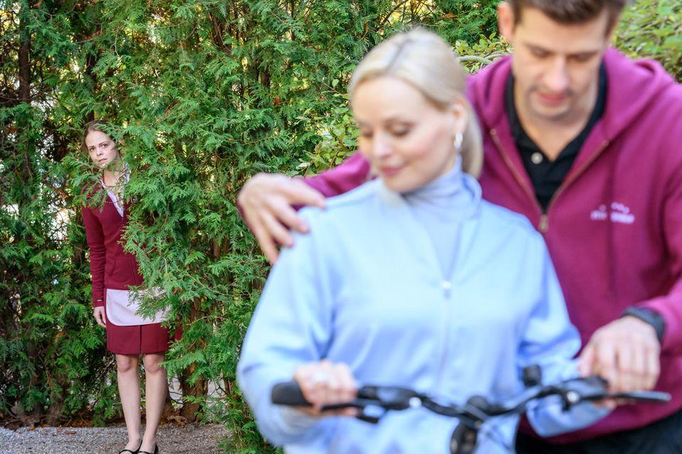 Lucy (Jennifer Siemann, l.) muss mit ansehen, wie Paul (Sandro Kirtzel, r.) sich vermeintlich liebevoll, um Annabelle (Jenny Löffler, M.) kümmert.