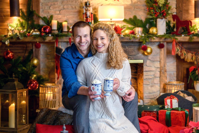 """Die """"Sturm der Liebe"""" - Stars Florian Frowein, (l.) und Léa Wegmann (r.) wünschen Fröhliche Weihnachten und einen guten Rutsch ins Neue Jahr."""