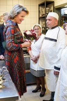 """19. Dezember 2019  Königin Mathilde wird bei ihrem Weihnachtsbesuch der Wohltätigkeitsorganisationim Haus""""Les Sauverdias"""" in Jambes herzlich begrüßt."""