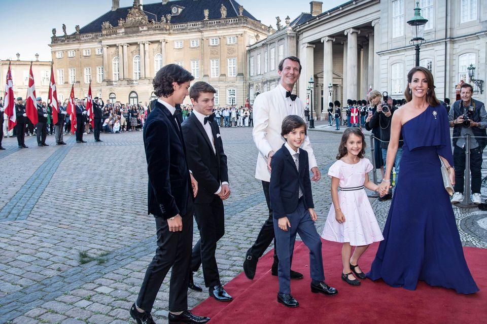 Prinz Nikolai und Prinz Felix (stammen aus der Beziehung von Joachim mit Ex-Ehefrau Alexandra von Frederiksborg), Prinz Joachim, Prinz Henrik, Prinzessin Athena und Prinzessin Marie.