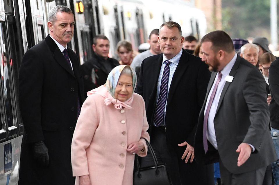Queen Elizabeth kommt am Mittag des 20. Dezember 2019 an derKing's Lynn Stationan. Von hier sind es etwa 12 Kilometer mit dem Auto zu ihrem Landsitz.