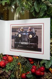 20. Dezember 2019  Nach Prinz William und Herzogin Kate, veröffentlichen jetzt auch Prinz Charles und Herzogin Camilla ihren königlichen Weihnachtsgruß. Unorthodox, mit sommerlichem Cabrio-Bild wünschen sie allen frohe Weihnachten und ein gutes neues Jahr.