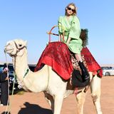 """Auf dem Rücken eines Kamels erkundet Model Elsa Hosk das Gelände des """"MDL Beast Festivals"""" in Saudi-Arabien."""