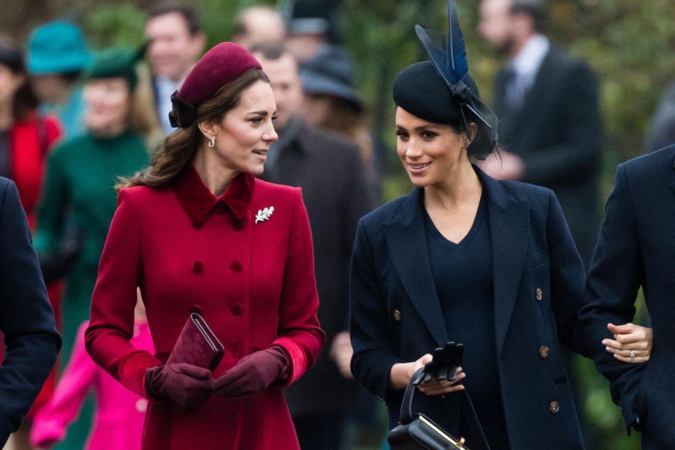 Herzogin Kate, hier zusammen mit Herzogin Meghan, beweist: Es muss auch nicht ein Komplett-Look sein. Accessoires aus Samt machen genauso viel her.