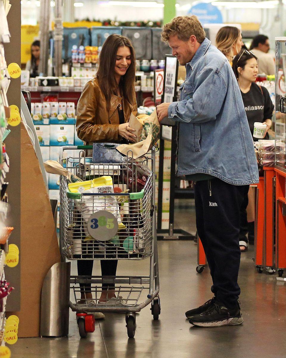 In Los Angeles decken sich Emily Ratajkowski und ihr Mann Sebastian Bear-McClard im Supermarkt für die anstehenden Festtage ein. Zum Glück scheint bei den Beiden noch keine Weihnachtsstress ausgebrochen zu sein. Das Paar erledigt die Einkäufe mit guter Laune.