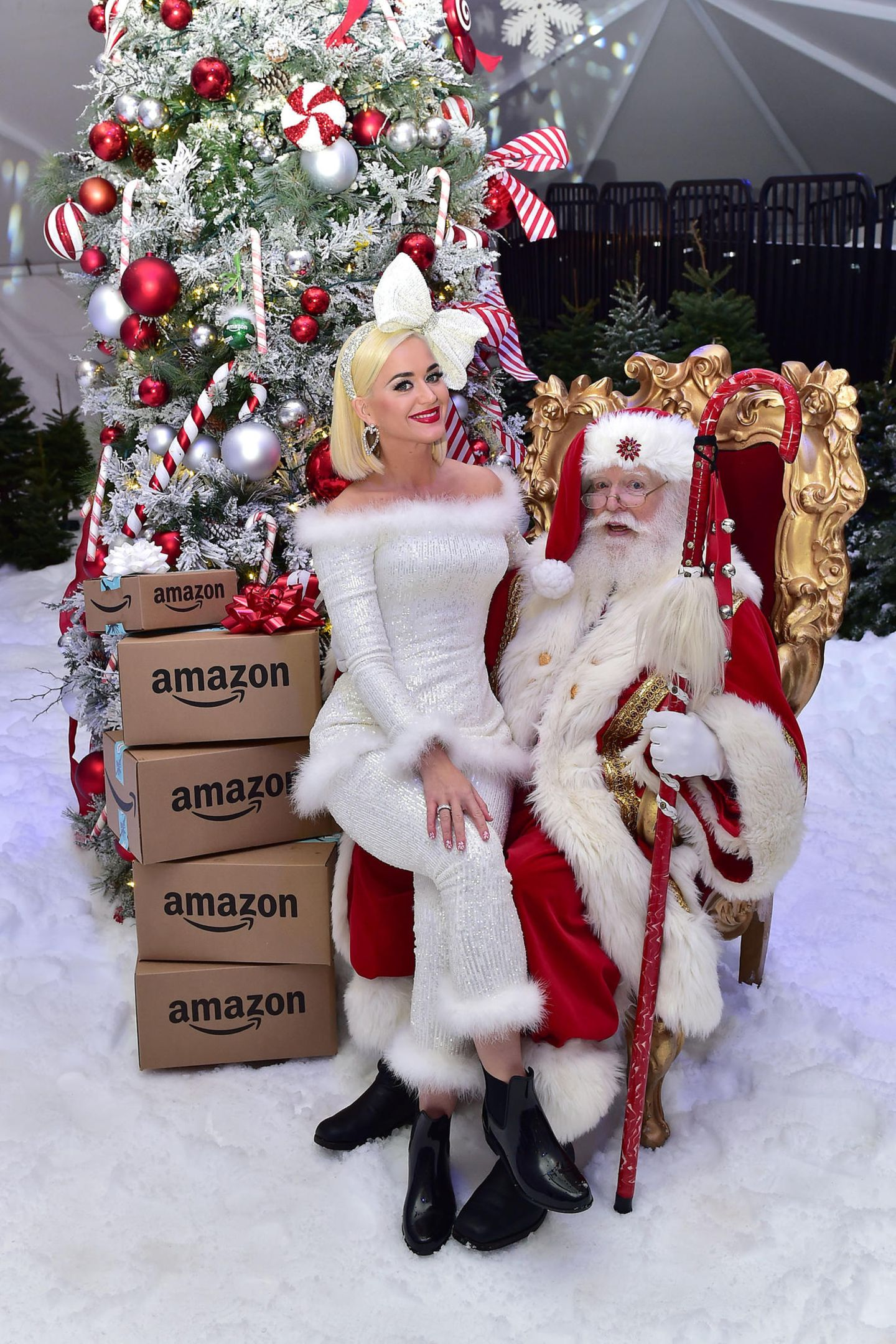 Na, Katy Perry, warst du auch brav? Bei einem Charity-Event in Los Angeles, darf die Sängerin auf dem Schoß vom Weihnachtsmann sitzen.