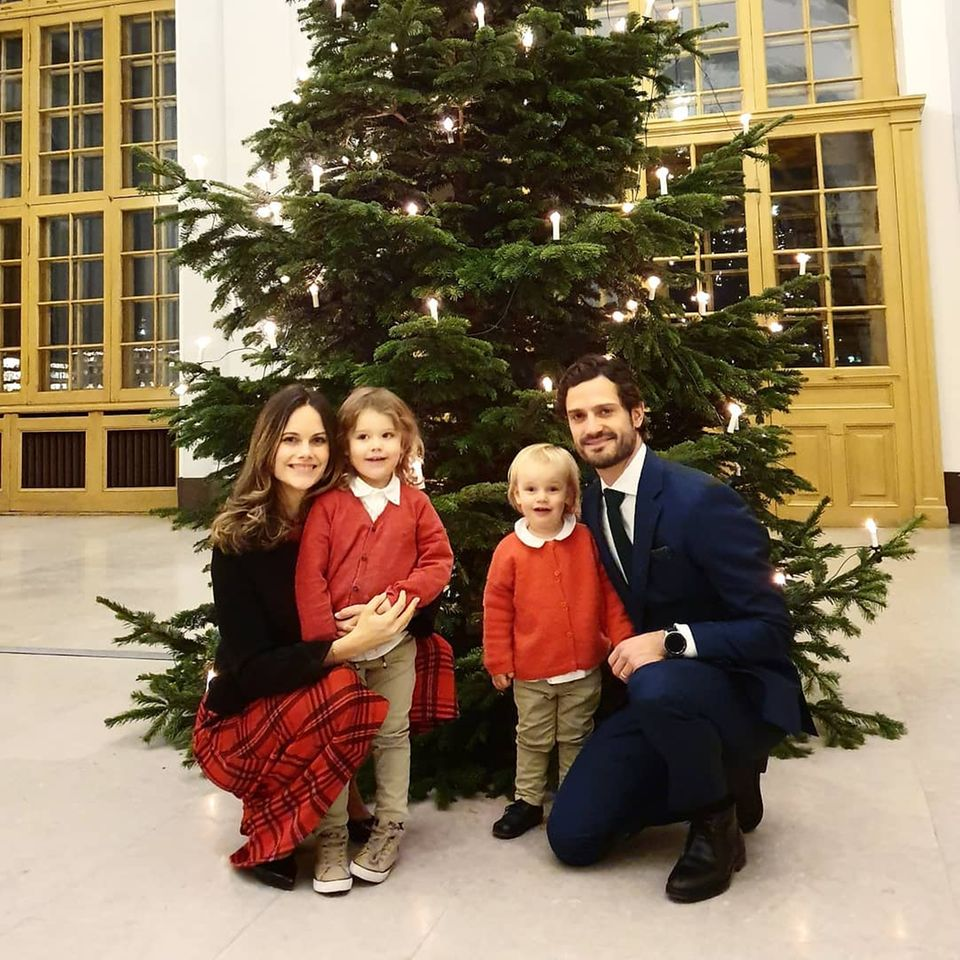 22. Dezember 2019  Mit diesem süßen Foto wünschen Prinzessin Sofia, Prinz Carl Philip und die Kinder Prinz Alexander und Prinz Gabriel frohe Weihnachten.