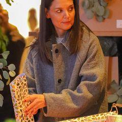 In New York City wirkt Katie Holmes beim Einpacken der Geschenke leider etwas gestresst. Dabei soll die Weihnachtszeit doch ganz besinnlich sein.