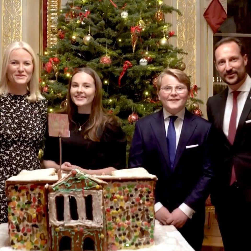 """24. Dezember 2019  """"God jul!"""" Mit einem Mini-Video schicken Prinzessin Mette-Marit, Prinzessin Ingrid Alexandra, Prinz Sverre Magnus und Prinz Haakon ihren Instagram-Fans royale Weihnachtsgrüße von Oslo in die ganze Welt."""