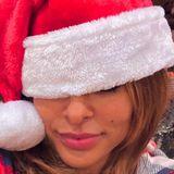 Erkennen Sie diesen sexy Santa? Richtig, das ist Eva Mendes, die Weihnachtsgrüße an ihre Instagram-Follower rausschickt. Sie packe gerade die Geschenke ein, und bräuchte noch ein paar Mama-Tipps, wie sie die Feiertage mit ihren Töchtern (3 und 5 Jahre) am schönsten verbringen könnte.