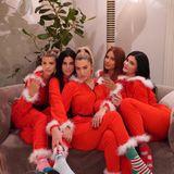 Fünf Santa-Babys: Kylie Jenner hat es sich mit ihren Freundinnen Sofia Richie, Victoria Villarroel, Anastasia Karanikolaou und Yris Palmer mit Wein und Weihnachtsonesies auf dem Sofa bequem gemacht.