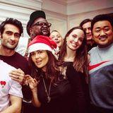 """Weihnachtsgrüße von den """"Eternals"""": Salma Hayek erfreut ihre Instagram-Fans mit diesem neuen Bild der Marvel-Crew samt Angelina Jolie, Kumail Nanjiani + Co."""