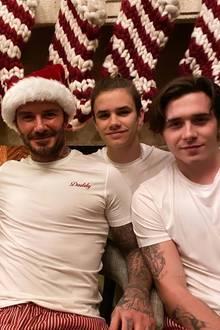 24. Dezember 2019  Die vier Weihnachtsmänner im Hause Beckham haben es sich vor dem Kamin gemütlich gemacht und lassen sich von Victoria ablichten.