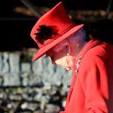 Wie weihnachtlich! Queen Elizabeth leuchtet im roten Christmas-Look.