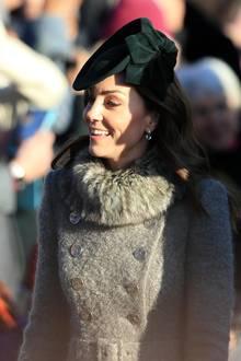 Herzogin Catherine hat sich für einen ganz winterlichen Look mit Wollmantel und Fellkragen entschieden.