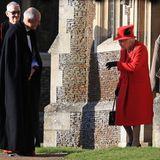 Nach dem Gottesdienst hält Queen Elizabeth noch einen kleinen Plausch mit dem Pastor.