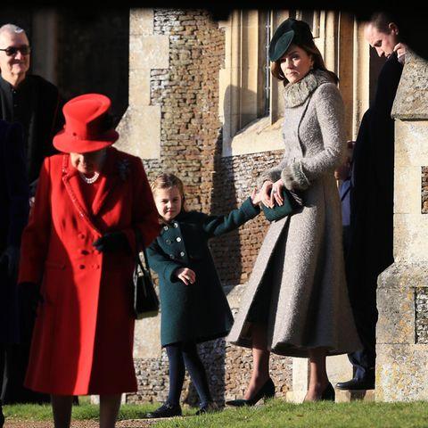 Nach und nach verlassen dann auch die anderen Royals die St.-Mary-Magdalene-Kirche. Prinzessin Charlotte will dabei unbedingt an Mama Kates Hand bleiben.