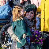Noch ganz schüchtern begrüßt Prinzessin Charlotte die vielen wartenden Fans. Zum Glück ist Kate immer an ihrer Seite.