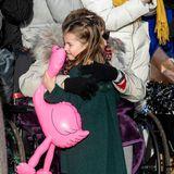 Und über ihren Flamingo und die herzliche Umarmung einer Zuschauerin freut sich die süße Prinzessin dann doch.