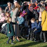 Noch ganz schüchtern beäugt Prinzessin Charlotte die vielen wartenden Fans.