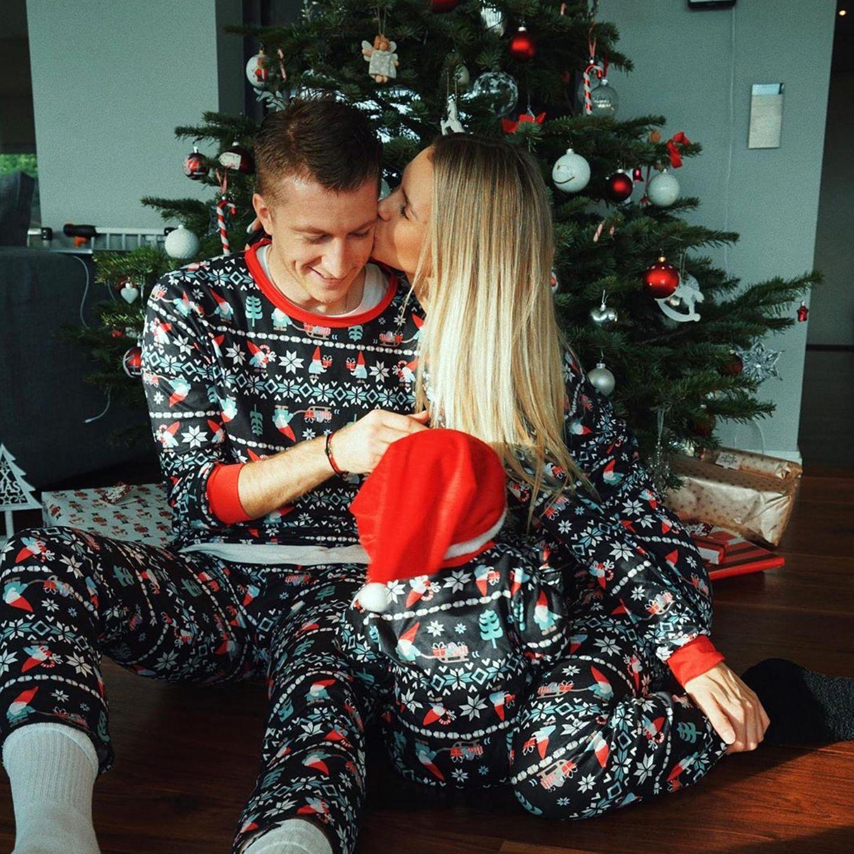 Küsse gibt es auch bei Familie Reus-Gartmann zu Weihnachten. Und nicht nur das, Marco, Scarlett und ihr Töchterchen zeigen sich im witzigen Pyjama-Partnerlook.