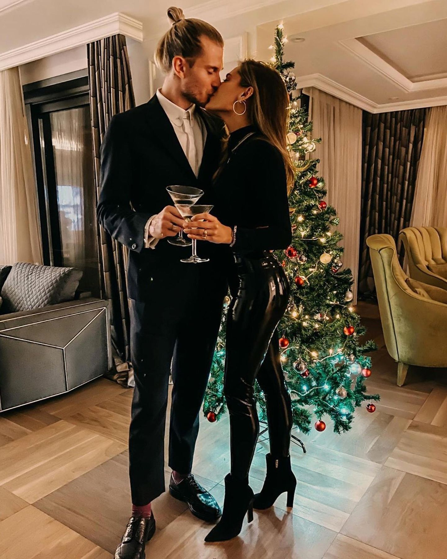 Heiße Küsse liegen bei Sophia Thomalla und Loris Karius in diesem Jahr unterm Weihnachtsbaum.